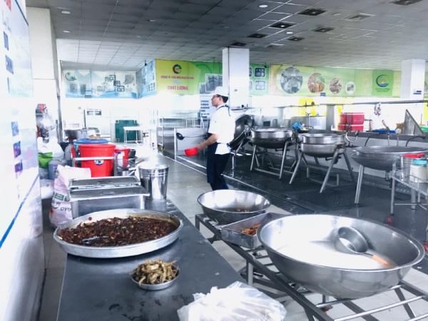 Quy trình sản xuất suất ăn công nghiệp được thực hiện nghiêm ngặt