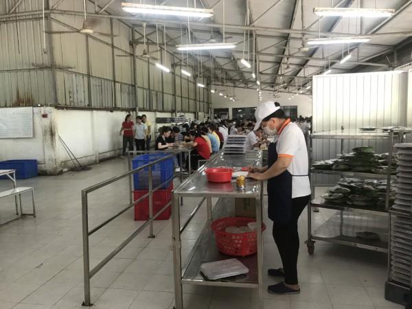 Nhân viên cung cấp suất ăn công nghiệp uy tín tại Bình Dương